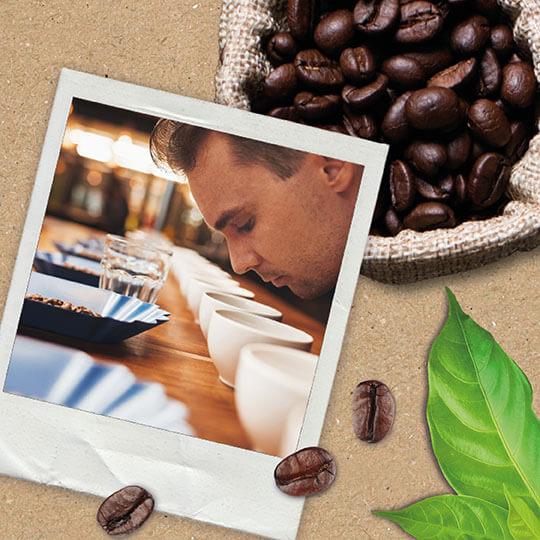 Mann mit gerösteten Kaffeebohnen