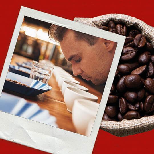Mann mit gerösteten Kaffeebohnen.