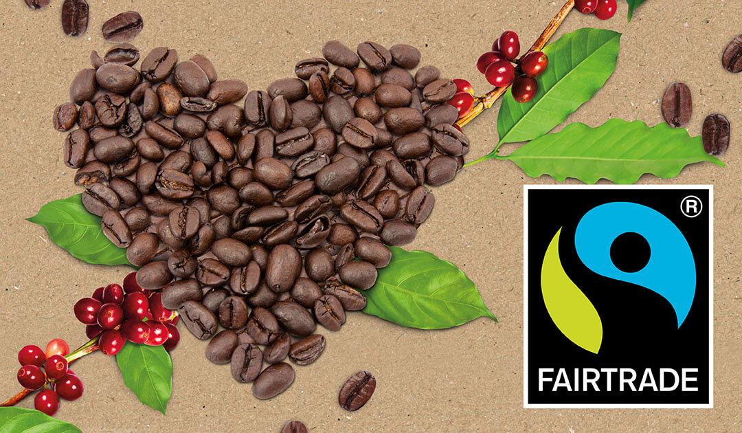 Ein Herz aus gerösteteten Kaffeebohnen und das Fairtrade-Logo