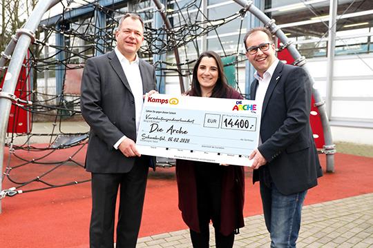 Kamps GmbH übergibt Scheck an Die Arche