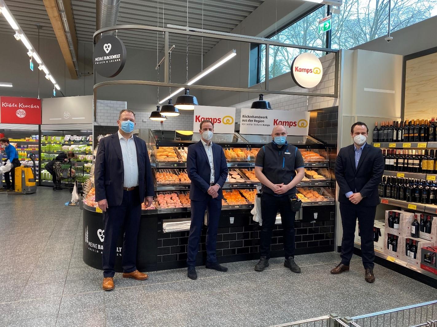 Leitende Mitarbeiter von Kamps und Aldi Süd im Brot- und Backwarenbereich des Aldi-Standorts in Mönchengladbach