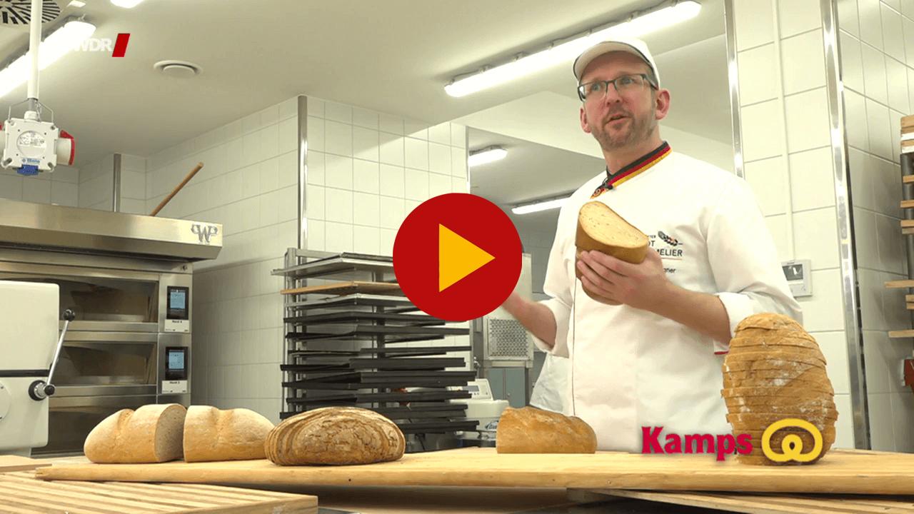 Der Brotsommelière Maik Wegner hält ein Kamps Graubrot in der Hand. Quelle: WDR Servicezeit